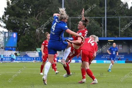 Millie Bright (#4 Chelsea) goes head to head with Marina Hegering (#27 Bayern Munich)