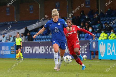 Millie Bright (#4 Chelsea) chased by Lineth Beerensteyn (#6 Bayern Munich)