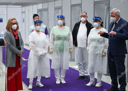 Volker Bouffier (CDU, R), Minister President of the State of Hesse, and Belen Garijo (L), Chairman of the Executive Board of the chemical and pharmaceutical company Merck KGaA, talk to employees of the company medical service during a visit to the Covid-19 vaccination centre in Darmstadt, 04 May 20201. Hesse has started a pilot project with five pharmaceutical companies. From June, company doctors nationwide will be able to vaccinate.