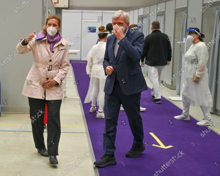 Chief Plant Physician of the chemical and pharmaceutical company Merck KGaA, Katja Gilbert (L), talks to Volker Bouffier (CDU, C), Minister President of the State of Hesse, during a visit to the Covid-19 vaccination centre in Darmstadt, Germany, 04 May 20201. Hesse has started a pilot project with five pharmaceutical companies. From June, company doctors nationwide will be able to vaccinate.