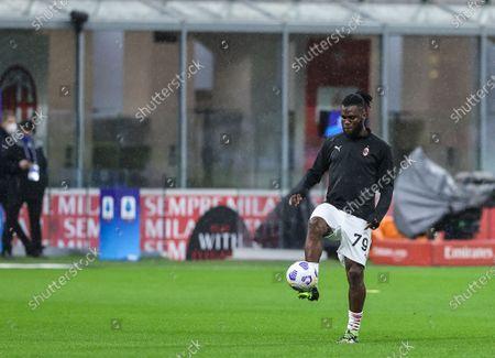Franck Kessie of AC Milan warms up