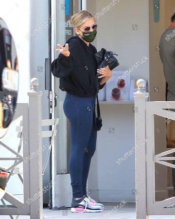 Sarah Michelle Gellar out on a coffee run