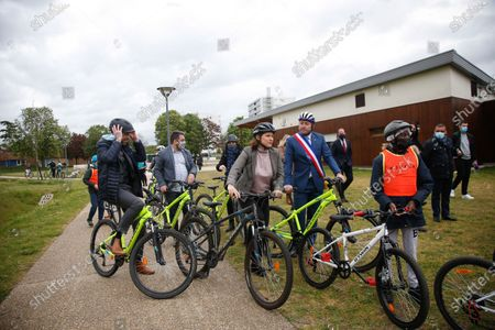 """Roxana Maracineanu, Minister of Sports has just participated in the """"Know Roll a Velo"""" training of the Nelson Mandela primary school of Poissy in the Yvelines with Karl Olive, Mayor of Poissy"""