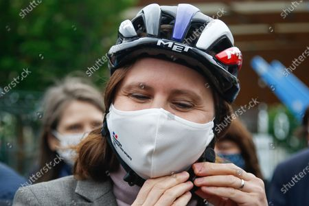 """Stock Image of Roxana Maracineanu, Minister of Sports, prepares to participate in the """"Know Roll a Velo"""" training of the primary school Nelson Mandela de Poissy in the Yvelines"""