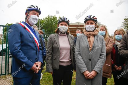 """Barbara Pompili, Minister of Ecological Transition and Roxana Maracineanu, Minister of Sports are preparing to participate in the """"Know Roll a Velo"""" training of the Nelson Mandela de Poissy primary school in the Yvelines with Karl Olive, Mayor of Poissy"""