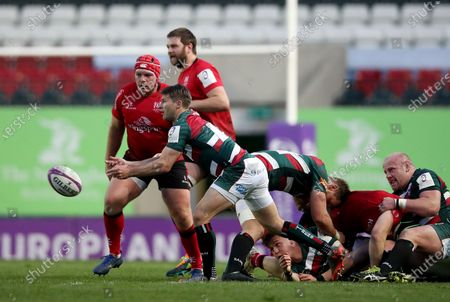 Stock Image of Richard Wigglesworth of Leicester Tigers passes the ball