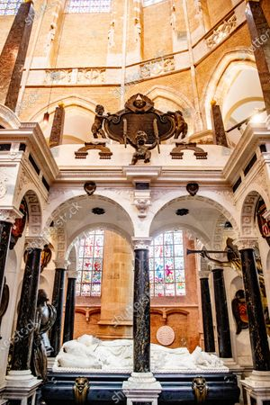 The entrance to the royal crypt and the grave of William of Orange. The preparatory work for the expansion of the burial vault - in connection with the restoration of the national monument the Nieuwe Kerk - which has already been completed - will start at the end of April 2021. With the burials of Prince Claus (2002) and Princess Juliana and Prince Bernhard (2004), the maximum capacity of the crypt of the Nieuwe Kerk in Delft has almost been reached. The extension of the Royal crypt means that a new cellar will be installed in the southern ambulatory of the church