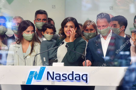 Stock Image of Jessica Alba rings the opening bell at the NASDAQ site in New York. With Honor Marie, Cash Warren and Hayes Alba Warren