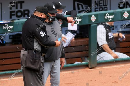 Umpire Sam Holbrook, left, talks with Chicago White Sox Tony La Russa during a baseball game against the Cincinnati Reds, . The Reds won 1-0