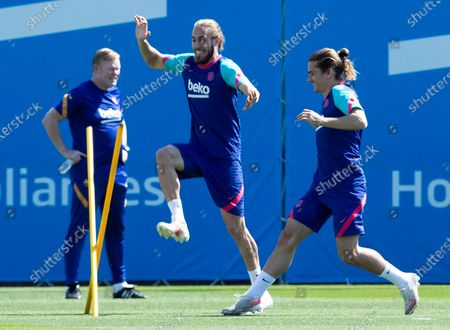 FC Barcelona's head coach Ronald Koeman (L) with his players Antoine Griezmann (R) and Mingueza (C) during a training session at Joan Gamper Sports City, in Barcelona, Spain, 07 May 2021. FC Barcelona will be facing Atletico de Madrid 08 May 2021 at Camp Nou stadium in a Spanish LaLiga match.