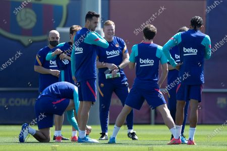 FC Barcelona's head coach Ronald Koeman (C) talks to players during a training session at Joan Gamper Sports City, in Barcelona, Spain, 07 May 2021. FC Barcelona will be facing Atletico de Madrid 08 May 2021 at Camp Nou stadium in a Spanish LaLiga match.