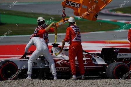 Ausritt von Testfahrer Robert Kubica (POL#88), Alfa Romeo Racing ORLEN in Kiesbett in der neuen Kurve 10, Kubica muss das Training aufgeben, er versucht verzweifelt das Lenkrad wieder aufzustecken.