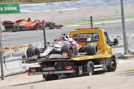 Das havarierte Auto von Testfahrer Robert Kubica (POL#88), Alfa Romeo Racing ORLEN wird mit einem Abschleppwagen in das Fahrerlager zurÁ ck gebracht.