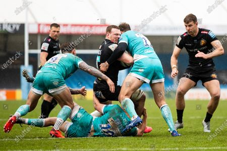 Sam Simmonds of Exeter Chiefs under pressure from Ashley Beck of Worcester Warriors during the Gallagher Premiership Rugby match between Exeter Chiefs and Worcester Warriors at Sandy Park, Exeter