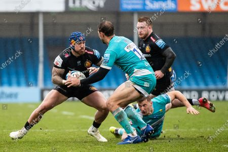 Jack Nowell of Exeter Chiefs under pressure from Ashley Beck of Worcester Warriors during the Gallagher Premiership Rugby match between Exeter Chiefs and Worcester Warriors at Sandy Park, Exeter