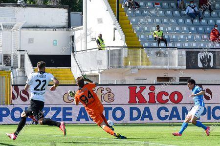 Napoli's forward Hirving Lozano (right) scores a goal during the Italian Serie A soccer match Spezia Calcio vs SSC Napoli at Alberto Picco stadium in La Spezia, Italy, 08 May 2021.