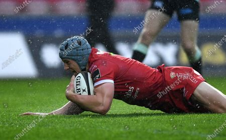 Jonathan Davies of Scarlets try is disallowed.