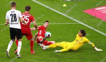 Bayern's Robert Lewandowski (2-R) in action against Moenchengladbach's goalkeeper Yann Sommer (R) during  the German Bundesliga soccer match between FC Bayern Munich and Borussia Moenchengladbach in Munich, Germany, 08 May 2021.