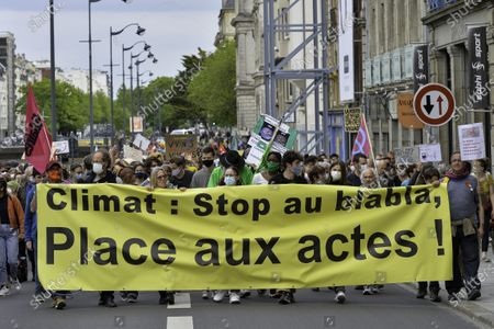 """The """"After March"""" brought together more than 2,000 people on Sunday, May 9, 2021 at the beginning of noon. The appeal was launched by associations and collectives dissatisfied with the content of the Climate and Resilience bill, voted in the National Assembly this week. Left from the Francois-Mitterrand mail, the cortege went on the streets before taking a break at Champs Libres, then resuming his road to Avenue Janvier. The demonstrators fled quietly as gendarmes were positioned at the entrants of the historic centre. The demonstration was back at its starting point shortly after 4:00 p.m."""