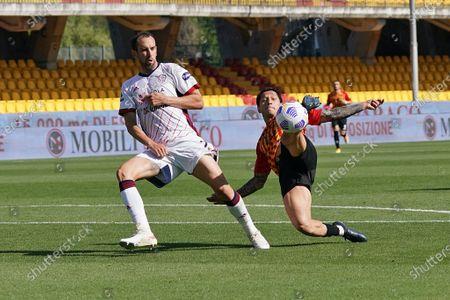 Gianluca Lapadula (Benevento Calcio) Diego Godin (Cagliari Calcio)