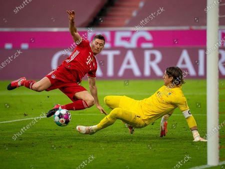 in duel, action, with Robert Lewandowski (Bayern Munich, #09), Yann Sommer (Borussia Mönchengladbach #01)