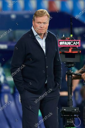 Ronald Koeman head coach of Barcelona gestures during the La Liga Santander match between Levante UD and FC Barcelona at Ciutat de Valencia Stadium on May 11, 2021 in Valencia, Spain. Sporting stadiums around Spain remain under strict restrictions due to the Coronavirus Pandemic as Government social distancing laws prohibit fans inside venues resulting in games being played behind closed doors.