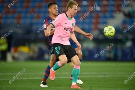 Frenkie de Jong of FC Barcelona and Oscar Duarte of of Levante UD