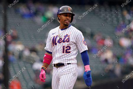 New York Mets Francisco Lindor looks over his shoulder in a baseball game against the Arizona Diamondbacks, in New York