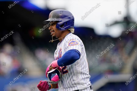 New York Mets shortstop Francisco Lindor (12) chews on his necklace in a baseball game, in New York