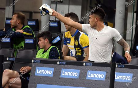 Inter Milan's Lautaro Martinez reacts to Antonio Conte after being substituted during the Italian serie A soccer match between FC Inter and As Roma at Giuseppe Meazza stadium in Milan, Italy, 12 May 2021.