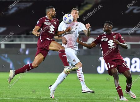 Torino's Gleison Bremer (L) and Milan's Mario Mandzukic struggle for the ball during the Italian Serie A soccer match Torino FC vs AC Milan at the Olimpico Grande Torino stadium in Turin, Italy, 12 May 2021.