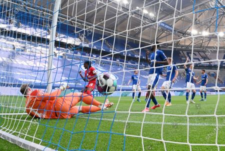 Dedryck Boyata (Hertha BSC), left, to score against goalkeeper Ralf Fahrmann (Schalke 04)