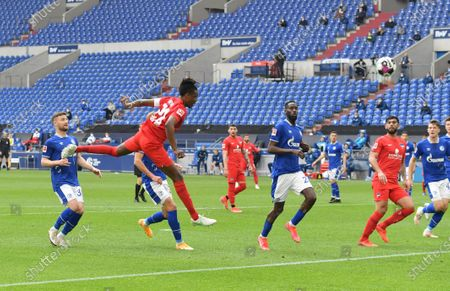 Dedryck Boyata (Hertha BSC), left, sits 1-1 goal with this header