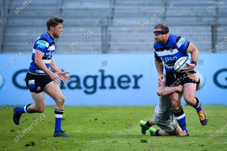 Henry Thomas of Bath Rugby passes the ball to Rhys Priestland of Bath Rugby, Bath Rugby vs Sale Sharks, Gallagher Premiership, the Recreation Ground, 14 May 2021