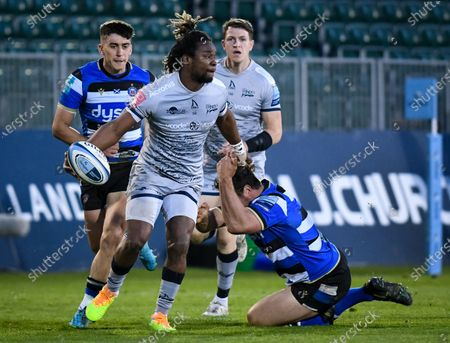 Marland Yarde of Sale Sharks passes the ball, Bath Rugby vs Sale Sharks, Gallagher Premiership, the Recreation Ground, 14 May 2021