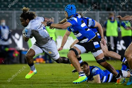 Zach Mercer of Bath Rugby attempts a tackle on Marland Yarde of Sale Sharks, Bath Rugby vs Sale Sharks, Gallagher Premiership, the Recreation Ground, 14 May 2021