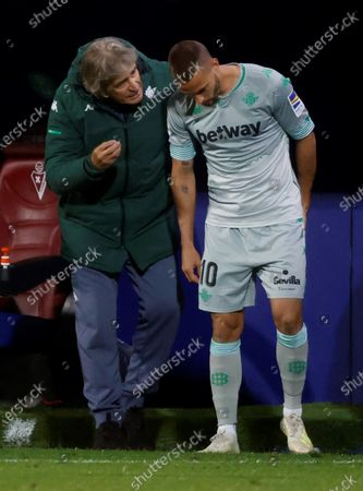Betis' head coach Manuel Pellegrini (L) gives instructions to Sergio Canales (R) during the Spanish La Liga soccer match between SD Eibar and Real Betis at Ipurua stadium in Eibar, northern Spain, 13 May 2021.