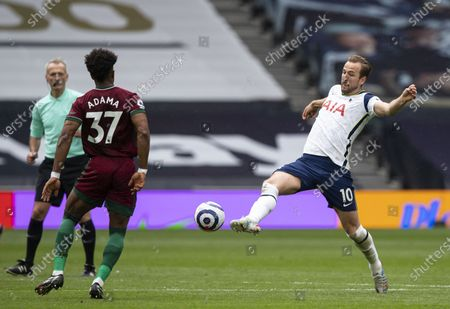 Harry Kane of Tottenham Hotspur under pressure from Adama Traoré of Wolverhampton Wanderers