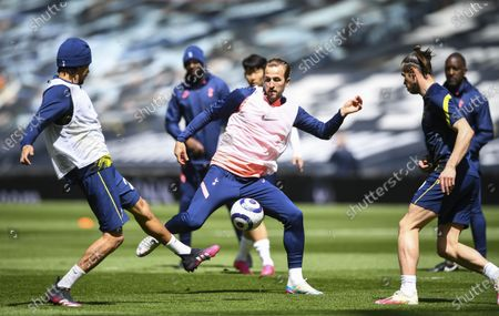 Harry Kane of Tottenham Hotspur warming up