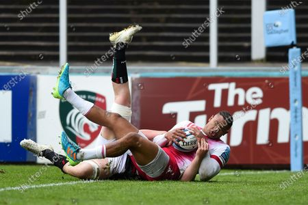 Nathan Earle of Harlequins scores a try in the first half