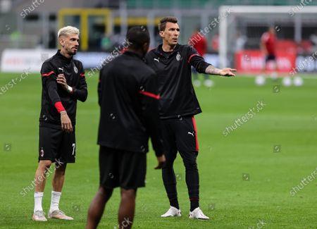Mario Mandzukic of AC Milan and Samu Castillejo of AC Milan warms up