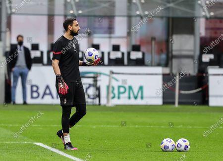 Mario Mandzukic of AC Milan warms up