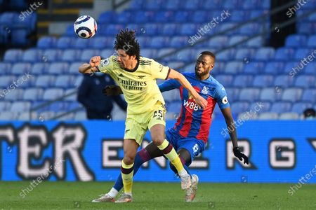 Arsenal's Mohamed Elneny, left, fights for the ball with Crystal Palace's Cheikhou Kouyate during the English Premier League soccer match between Crystal Palace and Arsenal, at Selhurst Park in London, England