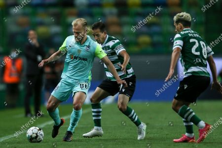 Sporting player Joao Pereira fights for the ball with Maritimo player Marcelo Hermes during the Portuguese First League Soccer match Sporting vs Maritimo at Alvalade Stadium, in Lisbon, Portugal, 19 May 2021.