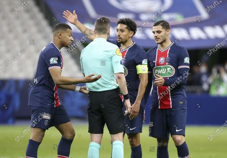 Kylian Mbappe, Marquinhos, Mauro Icardi of PSG argue with referee Francois Letexier