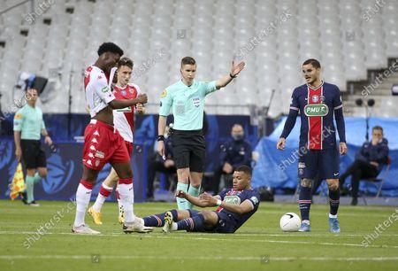 Referee Francois Letexier, Kylian Mbappe, Mauro Icardi of PSG