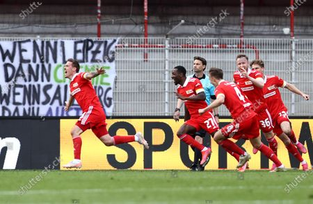 Max Kruse (L) of 1. FC Union Berlin celebrates with team mates after scoring their side's second goal during the German Bundesliga soccer match between FC Union Berlin and RB Leipzig in Berlin, Germany, 22 May 2021.