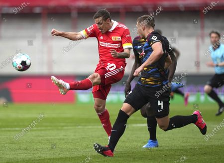 Union's Max Kruse, left, and Leipzig's Willi Orban fight for the ball during the German Bundesliga soccer match between 1. FC Union Berlin and RB Leipzig in Berlin, Germany