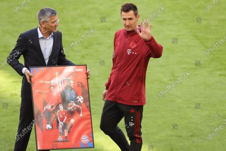 Miroslav Klose (R) of Bayern Munich poses for a farewell photo with Herbert Hainer, President of FC Bayern Muenchen prior to the Bundesliga match between FC Bayern Muenchen and FC Augsburg at Allianz Arena in Munich, Germany, 22 May 2021 (issued 23 May 2021).