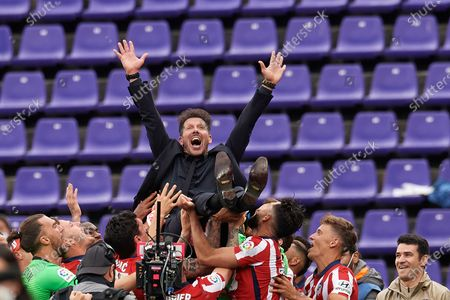 Diego Simeone head coach of Atletico Madrid is cheered by his players after winning the league championship after the La Liga Santander match between Real Valladolid CF and Atletico de Madrid at Estadio Municipal Jose Zorrilla on May 22, 2021 in Valladolid, Spain. Sporting stadiums around Spain remain under strict restrictions due to the Coronavirus Pandemic as Government social distancing laws prohibit fans inside venues resulting in games being played behind closed doors
